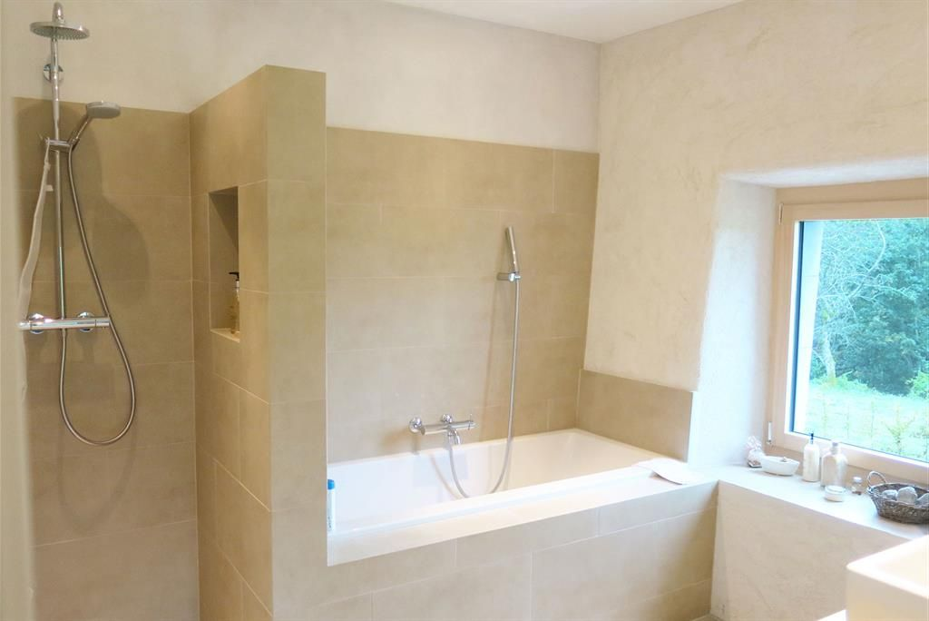 Salle de bain moderne avec douche et baignoire salle de for Douche dans petite salle de bain