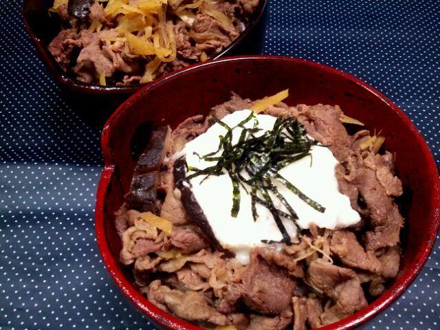 SD出来なかったので、今(>_<)☆ ある日の夜中に見た他ユーザーさんの美味しそうな牛丼に影響されて。 生姜&舞茸をたっぷり入れて作りました。小ネギが無かったので、山芋をのせました! - 43件のもぐもぐ - ある日のふたりde牛丼・山芋のせ by manimaaru