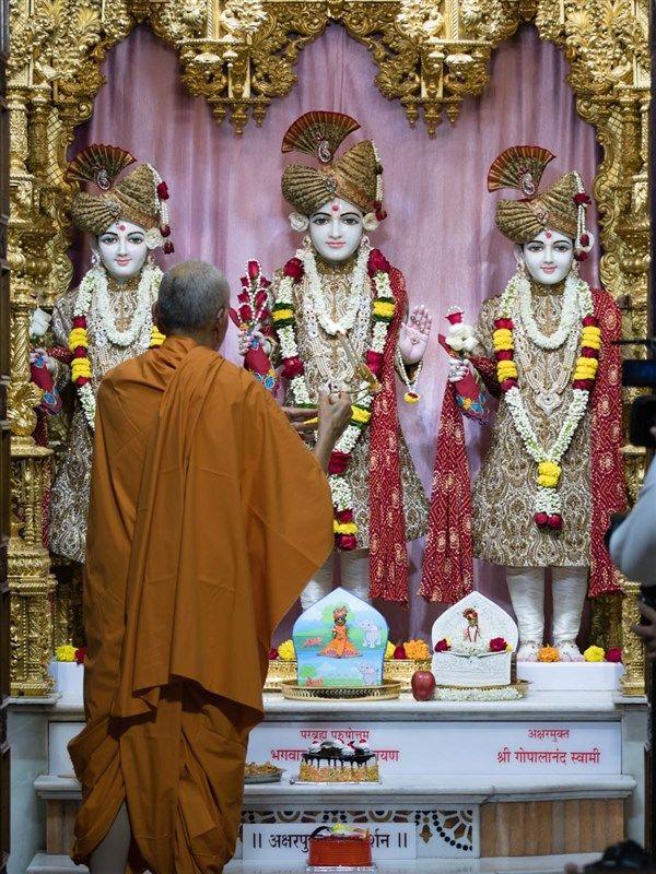 Swamishri performs the morning arti Shree krishna