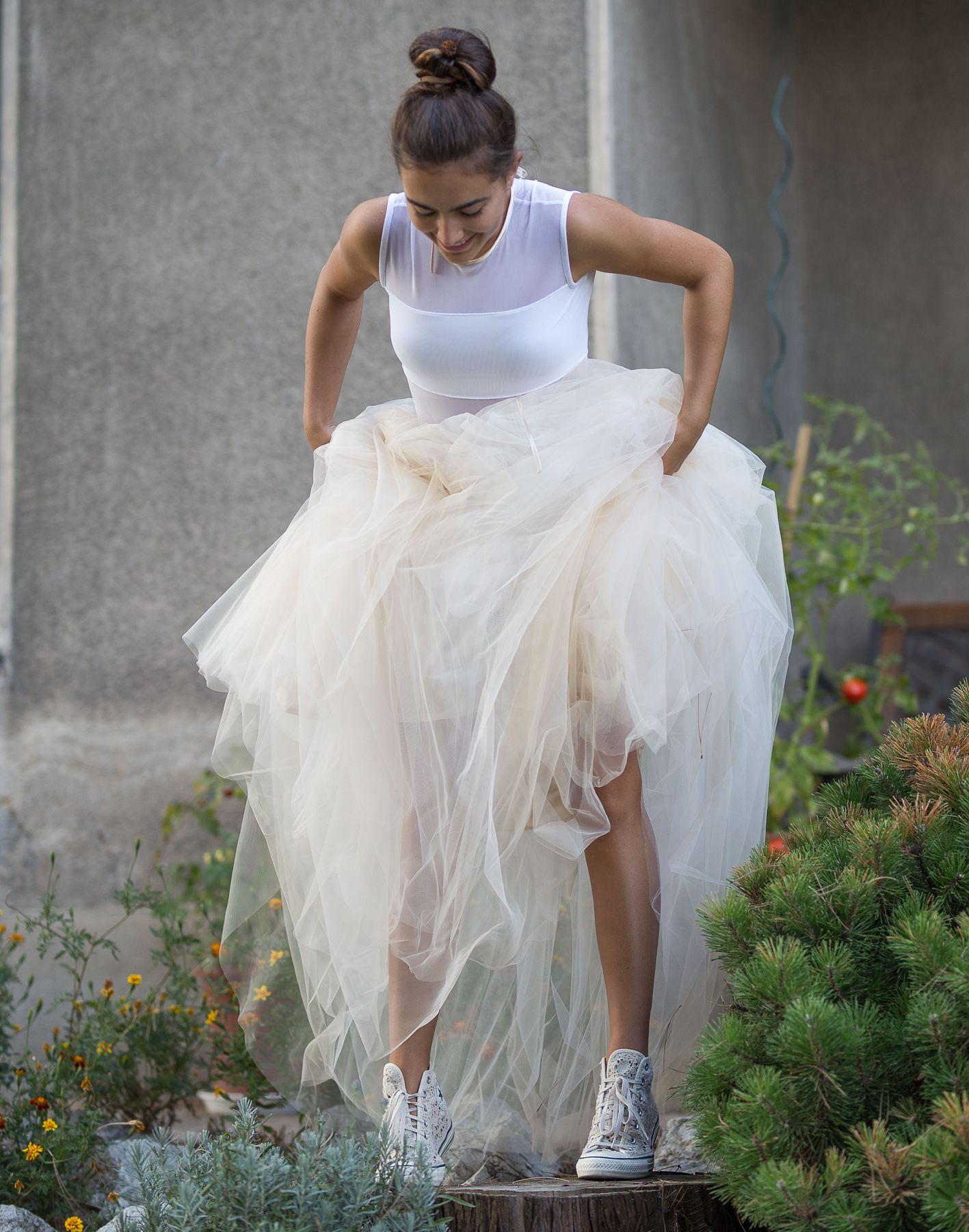 Dívčí a dámská dlouhá tylová sukně v krémové barvě a bílé body. Cena od  6999 Kč f2bbd912e0