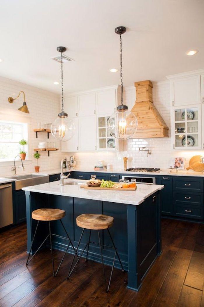 blaue Regale, zwei hängende runde Lampen aus Glas, Wände mit - fliesen küche modern