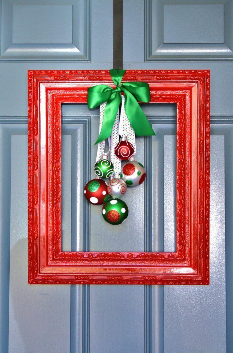 decoration noel pour la porte d entree avec couronne fait main a partir d un cadre en bois et boules de sapin