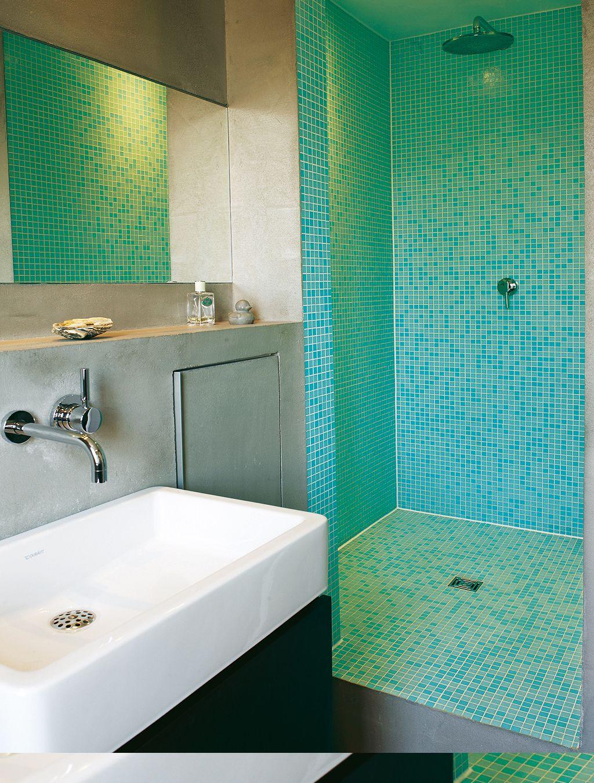 Gegensätze: Im Badezimmer Hängen Waschtisch Und Wc An Dunkel ... Geflieste Badezimmer