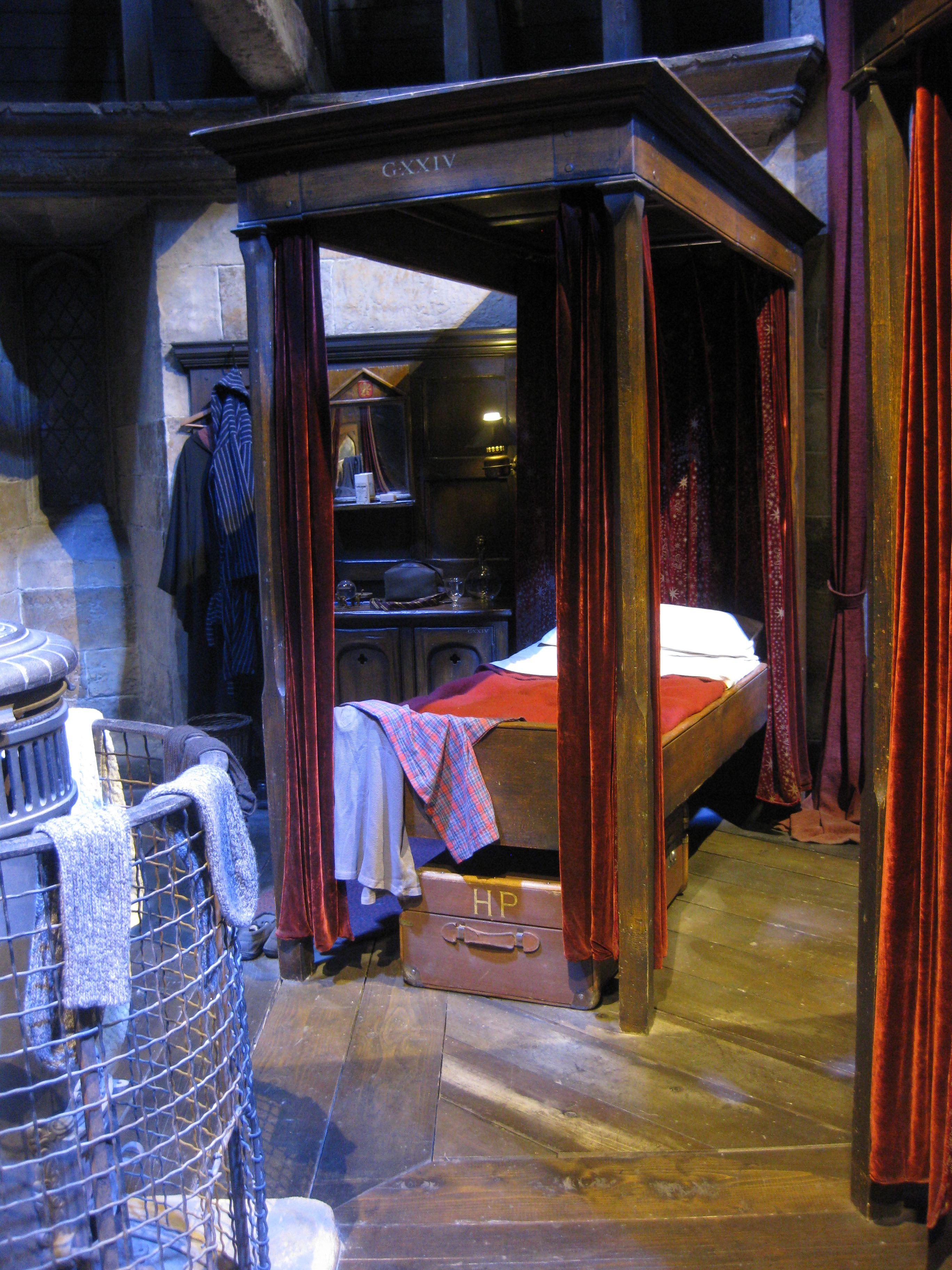 Harry Potter S Bedroom At Hogwarts Movie Tour England Harry