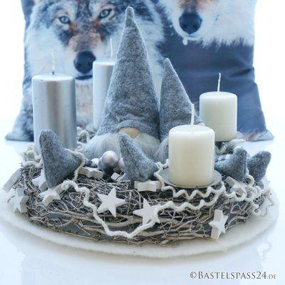 Weiße Weihnachtsdeko Selber Machen.Adventskranz Sehr Modern Mit Wichtel Und Wollkordel In Grau Weiß