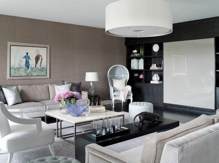 divani e poltrone bianche, lampadario tondo bianco, quadro con ...