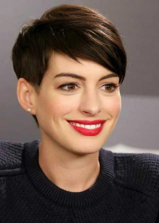 Anne Hathaway kurze Haare und rote Lippenstift Undercut