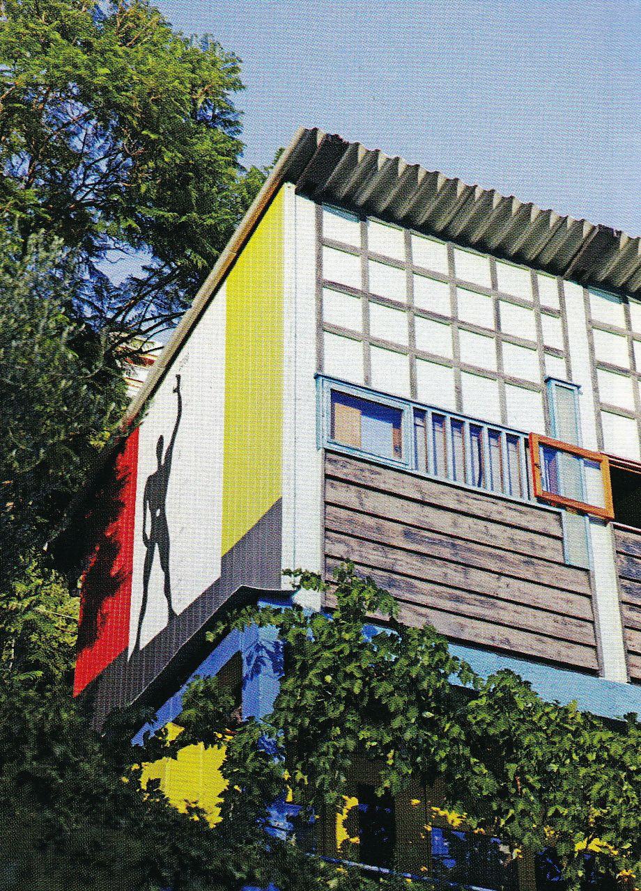 Eileen Gray - Villa E 1027 - On Devine au dessus de la Villa, une Dépendance Décorée par Le Corbusier comme 'Prototype' un Cabanon pour sa Femme, devant lequel il se Noiera en 1965.