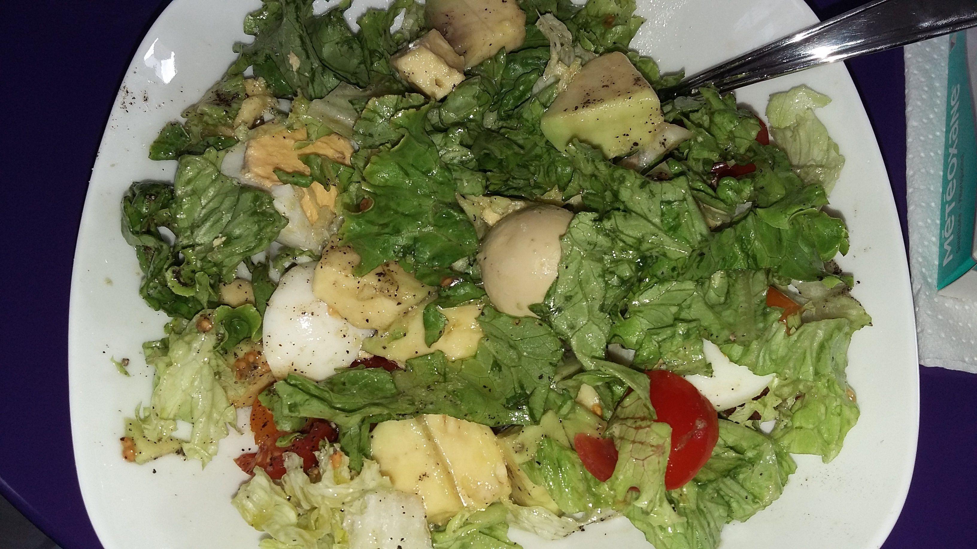 salade composée ( salade verte, tomate cerise, avocat, oeufs durs