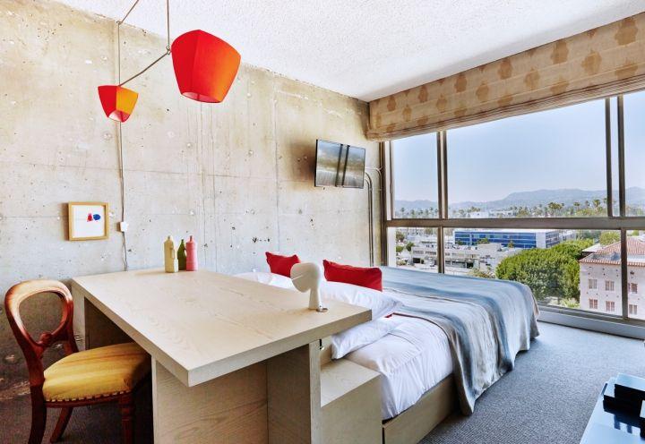 L'albergo vanta uno stile grezzo, dato dal cemento a vista, giustapposto a elementi esotici affiancati a mobili essenziali