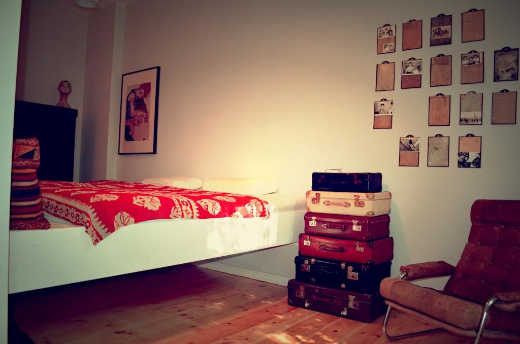 minimalistisch eingerichtetes wg zimmer mit gro em bett sch ner bilderwand und alten koffern. Black Bedroom Furniture Sets. Home Design Ideas
