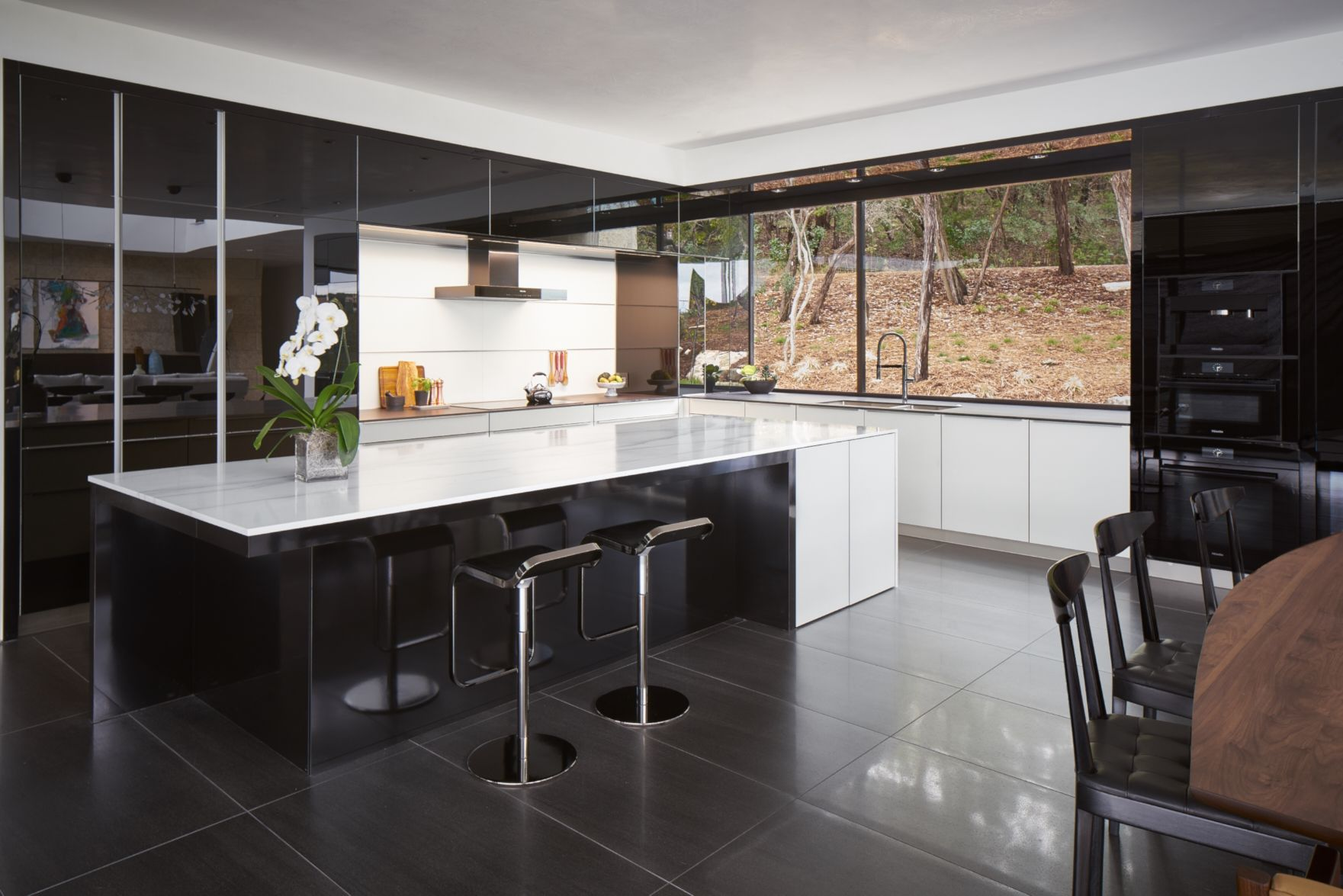 Gloss Ios Black Glass And Matte White Glass Kitchen Cabinetry Vitrea Frosty White Master Bath Cabinetry Ceres Matte Kitchen Design Kitchen Kitchen Cabinetry