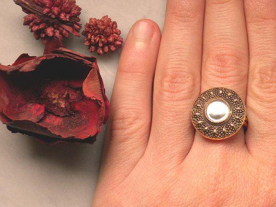 Anello con bottone gioiello d'epoca in metallo lavorato e vetro