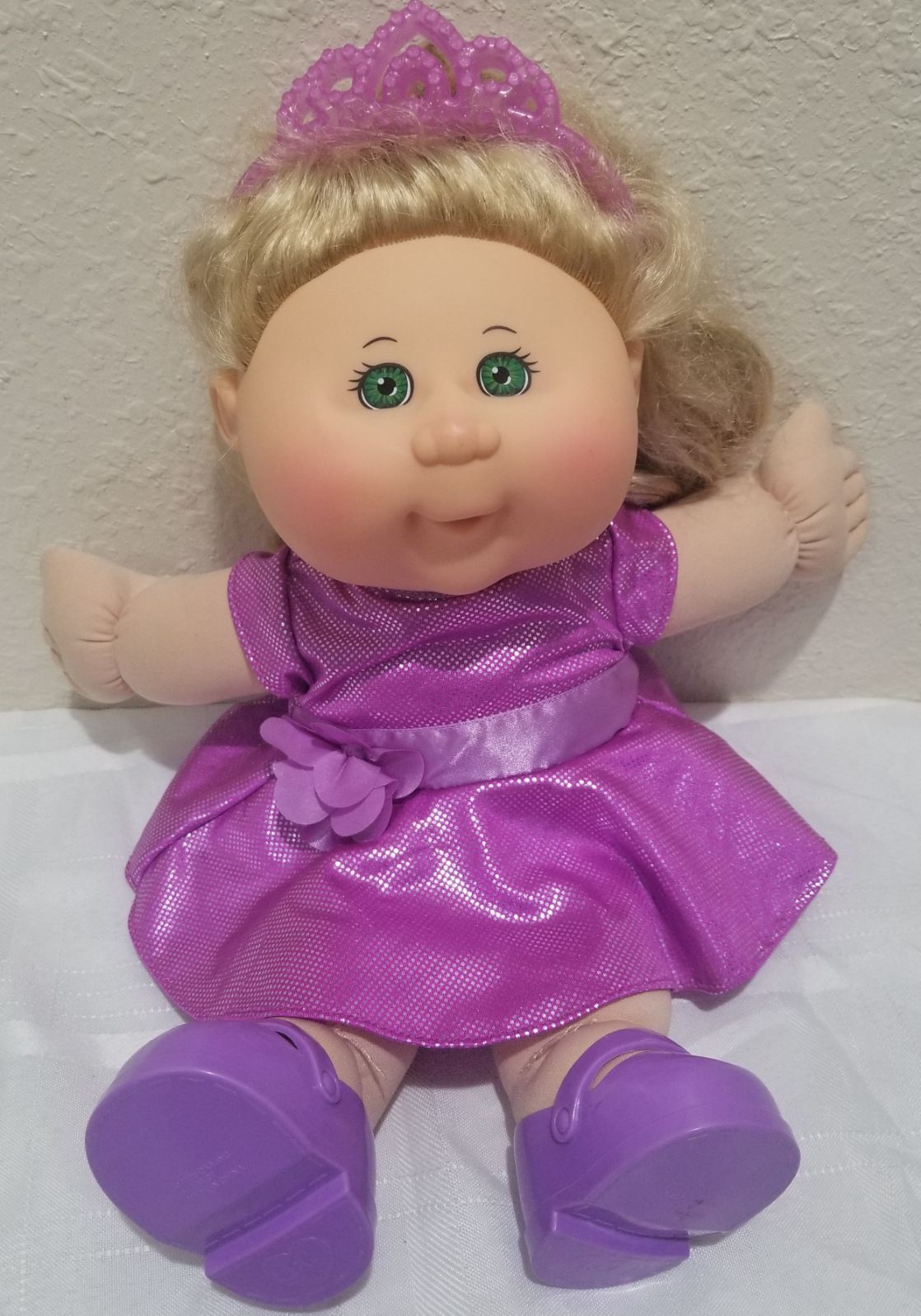 This Cute Cabbage Patch Doll Has Beautiful Blonde Hair With Green Eyes She Is Wearing A Cabbage Patch Kids Dolls Blonde Hair Green Eyes Beautiful Blonde Hair