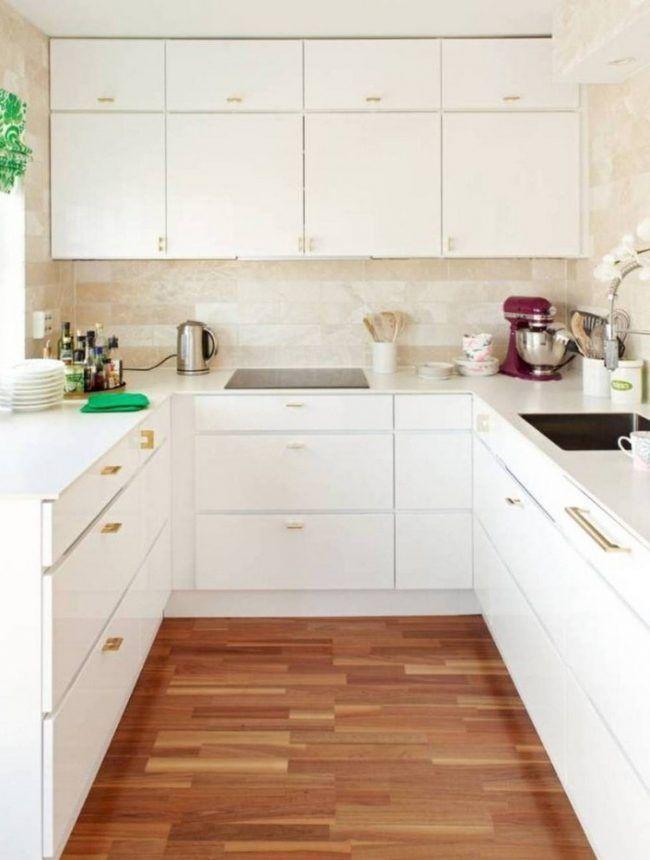 kuche-u-form-weiss-goldfarbene-griffe-wandfliesen-travertin - küche in u form