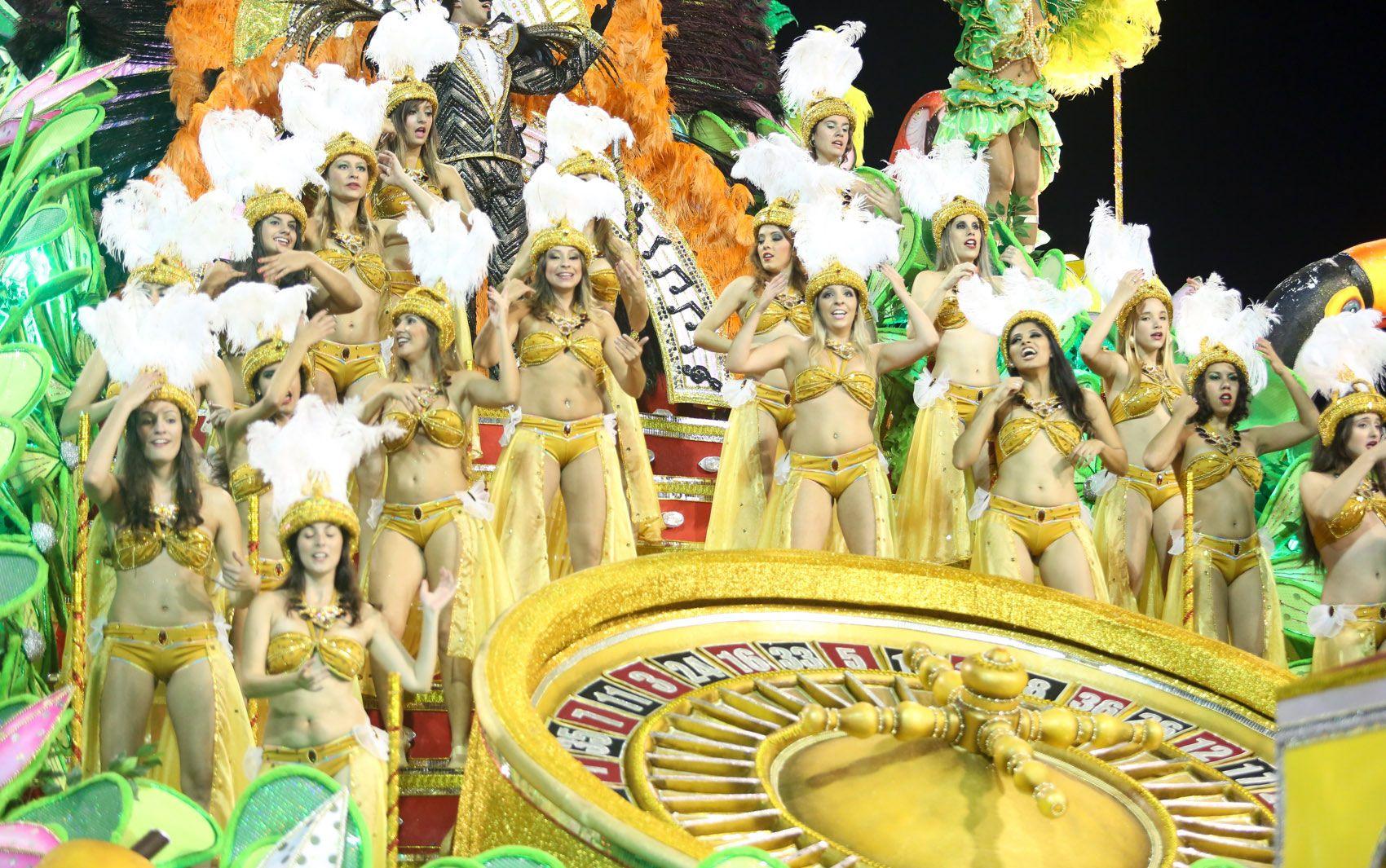 Durante o desfile em que homenageou Mário Lago, a Mancha Verde mostrou em uma de suas alegorias o cassino da Urca