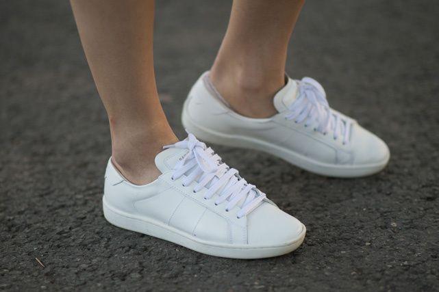 690652d9586 Los cinco tipos de zapatos que podrás usar toda la vida ¡y que debes tener!  TENIS BLANCOS