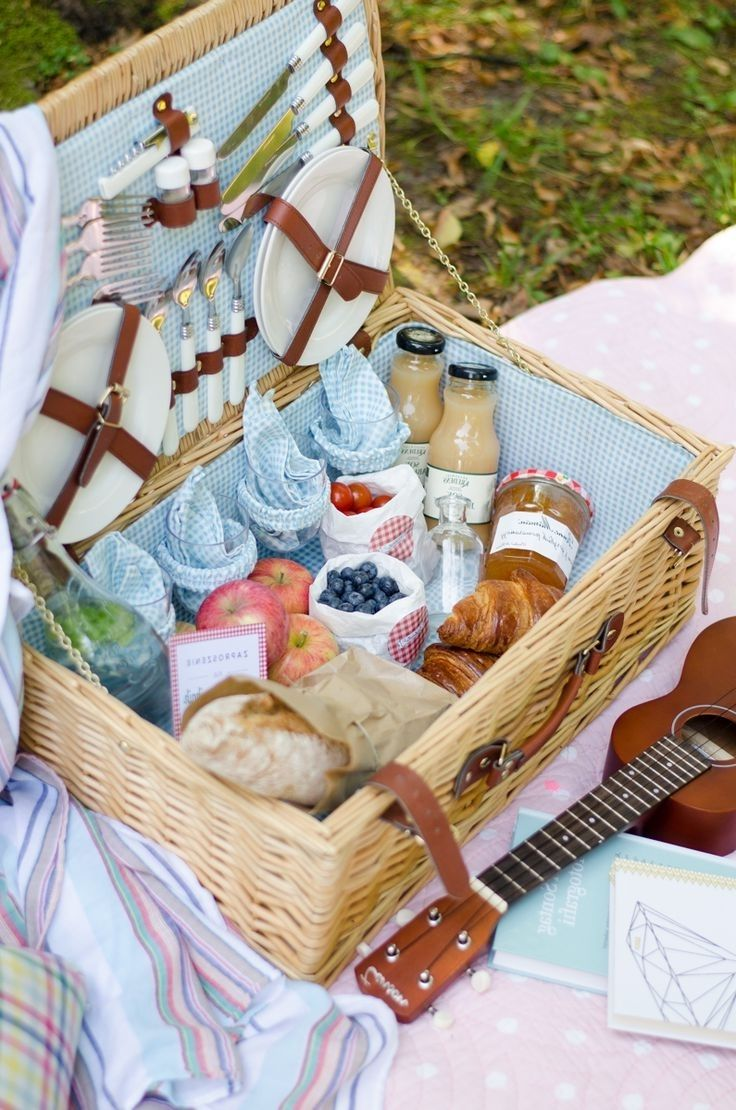What to pack in a romantic picnic basket