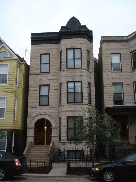 Wrigleyville Brownstone Front Of Greystone From Roscoe Street 350 Flat Rate Per Night 3 Separate Un Chicago Architecture Chicago Buildings Chicago Vacation