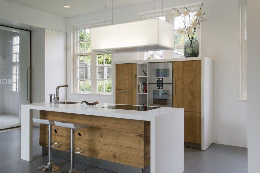 Houten keuken van ruw eiken met corian keukenblad en kookeiland
