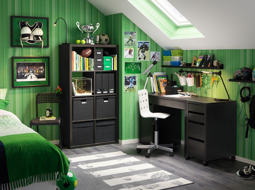Camera da letto con scrivania nera, cassettiera con rotelle e ...