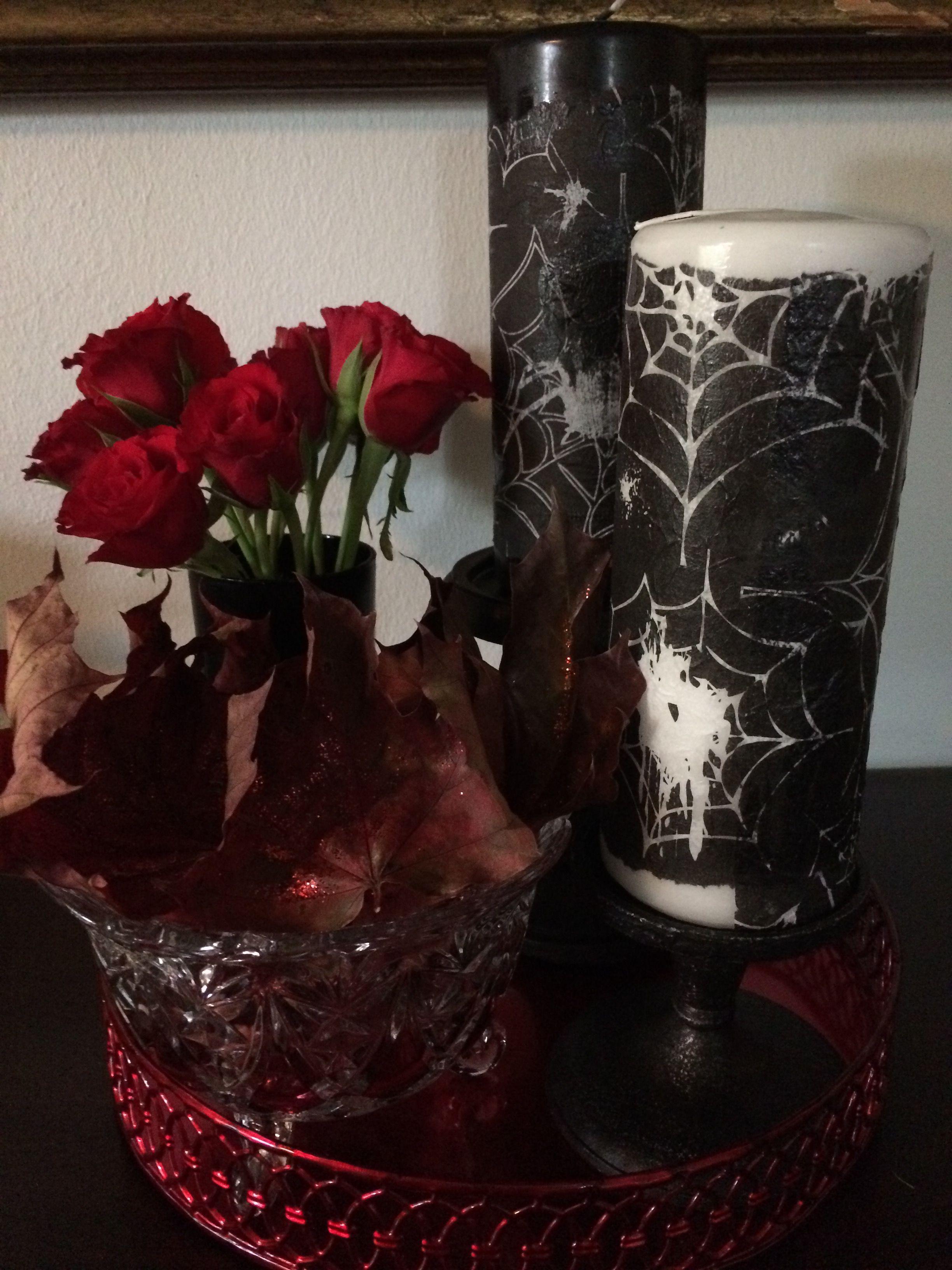 Den viktorianske halloween med røde detaljer i form af en bakke, røde roser og røde efterårsblade er bare så skøn.