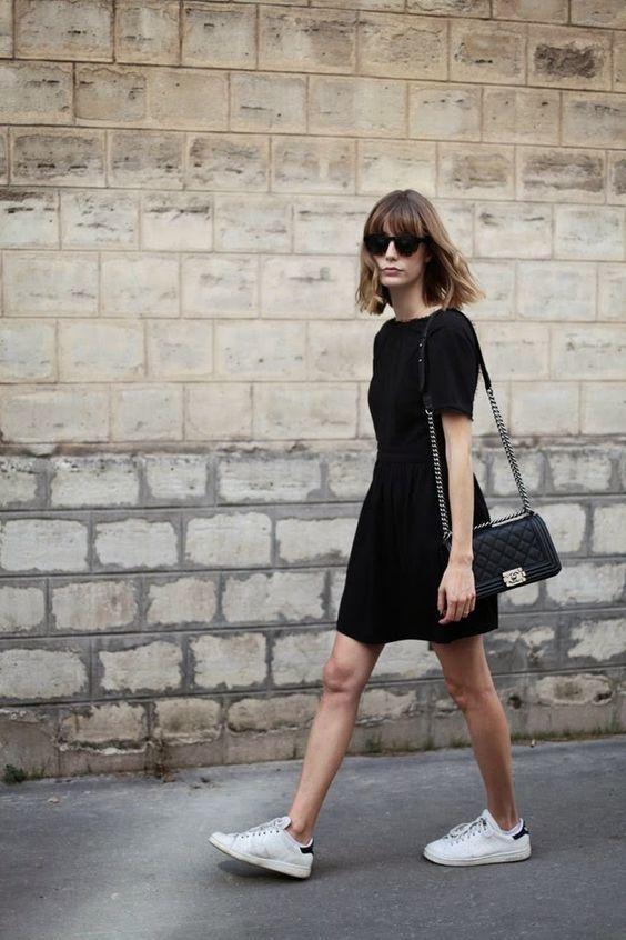 Vestido negro con tenis blancos