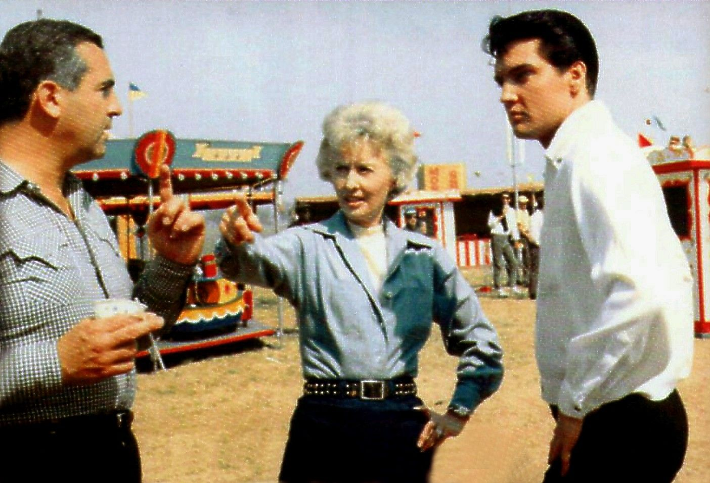 Barbara Stanwick , movie director John Rich and Elvis between take on the Roustabout set in spring 1964