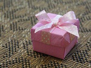 Доброго времени суток! Представляю Вам идею несложной, но симпатиШной коробочки, для упаковки брошей.... да, впрочем, для упаковки чего-угодно :) Для работы нам понадобятся следующие инструменты и материалы: - картон; - гофрированная бумага (или любая другая. Упаковочная, например); - ткань; - атласная лента; - скотч, двухсторонний скотч; - линейка, ножницы.…