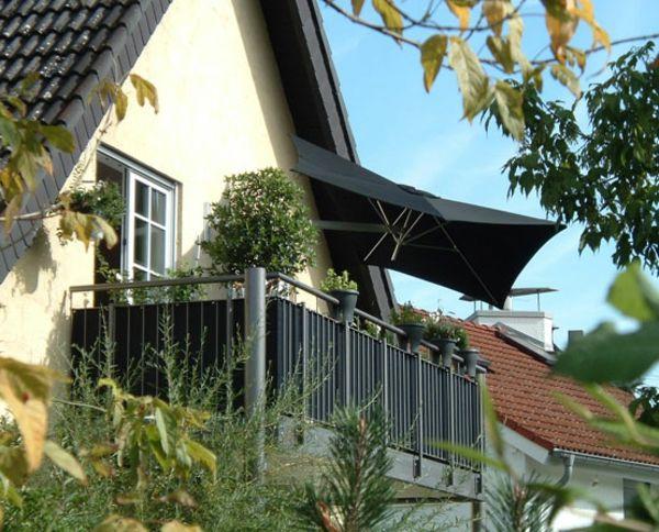 wand montage ideen schwarzer sonnenschirm auf dem balkon | Balkon ...