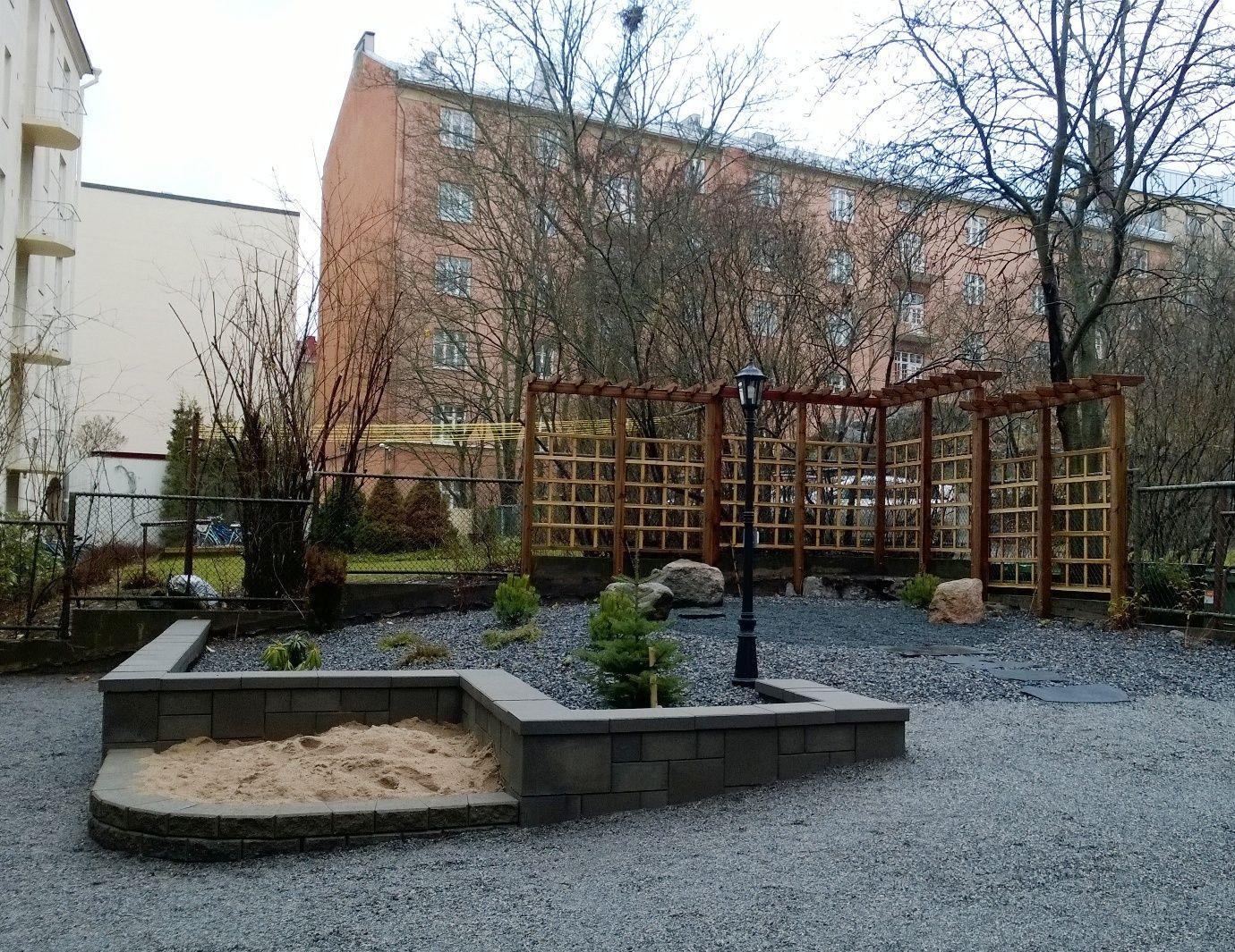 Pergolasäleikkö kätkee taakseen vanhan verkkoaidan ja näkymät naapurin jätepisteelle. Design: Keidas-Suunnittelu