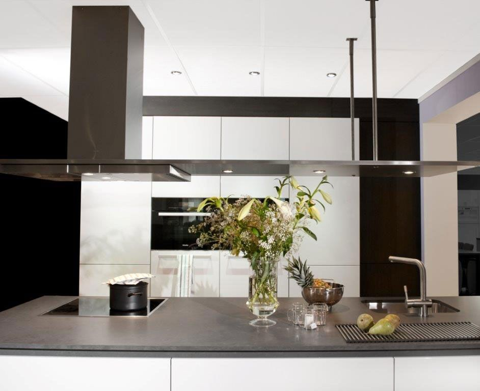 Greeploze Design Keukens : Strakke greeploze design keuken met kookeiland. het kookeiland is
