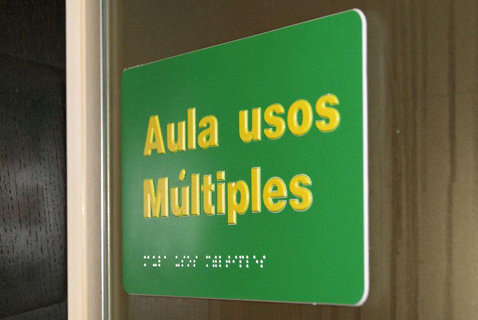 Nuevo trabajo de #señalización accesible en la sede de la ONCE en Vélez Málaga.  Visita nuestra web para más info: www.braille4u.com