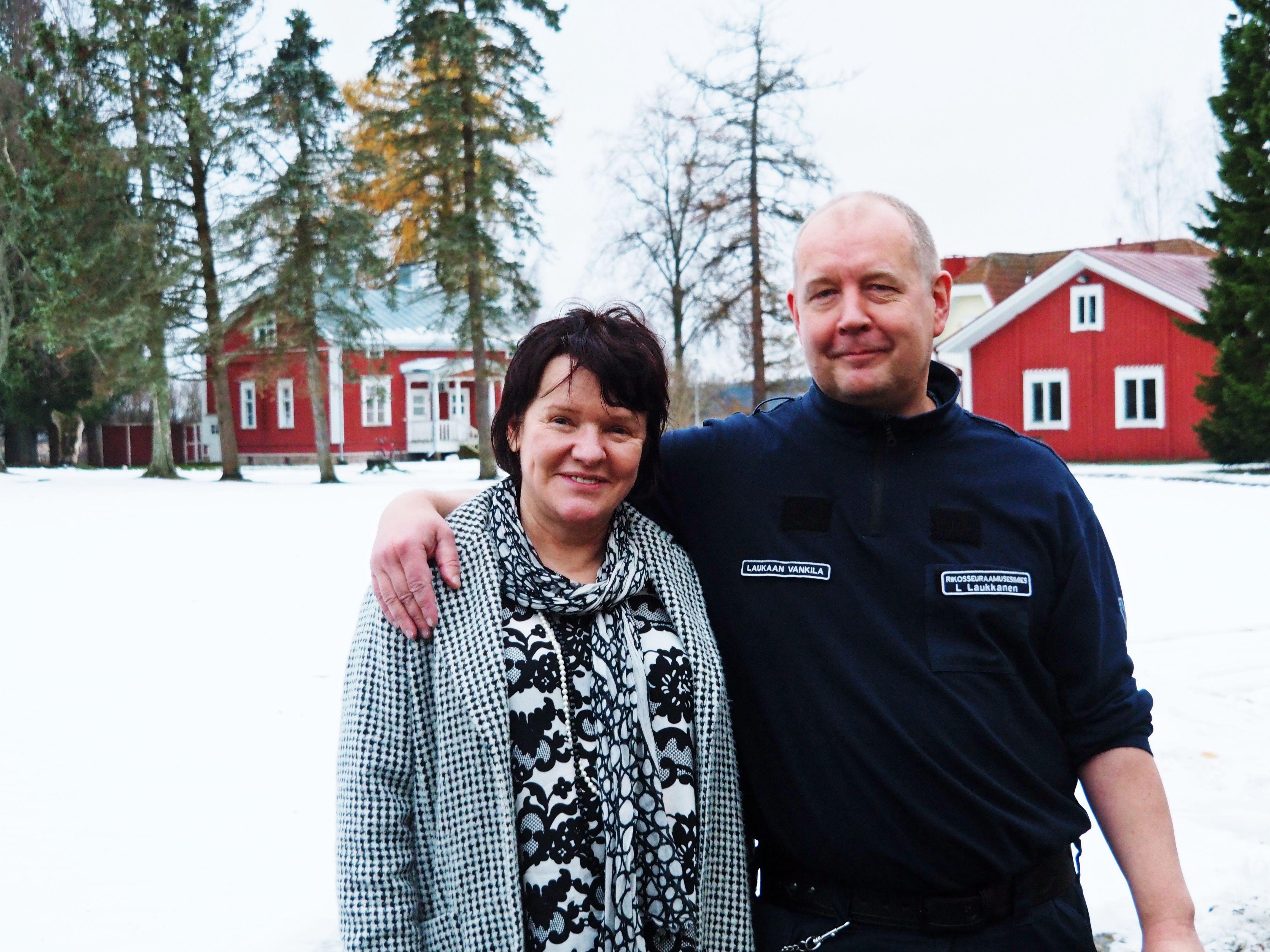 Toimitusjohtaja päivän toisena - vanginvartijana Laukaalla. Onneksi Lassen hellässä huomassa.