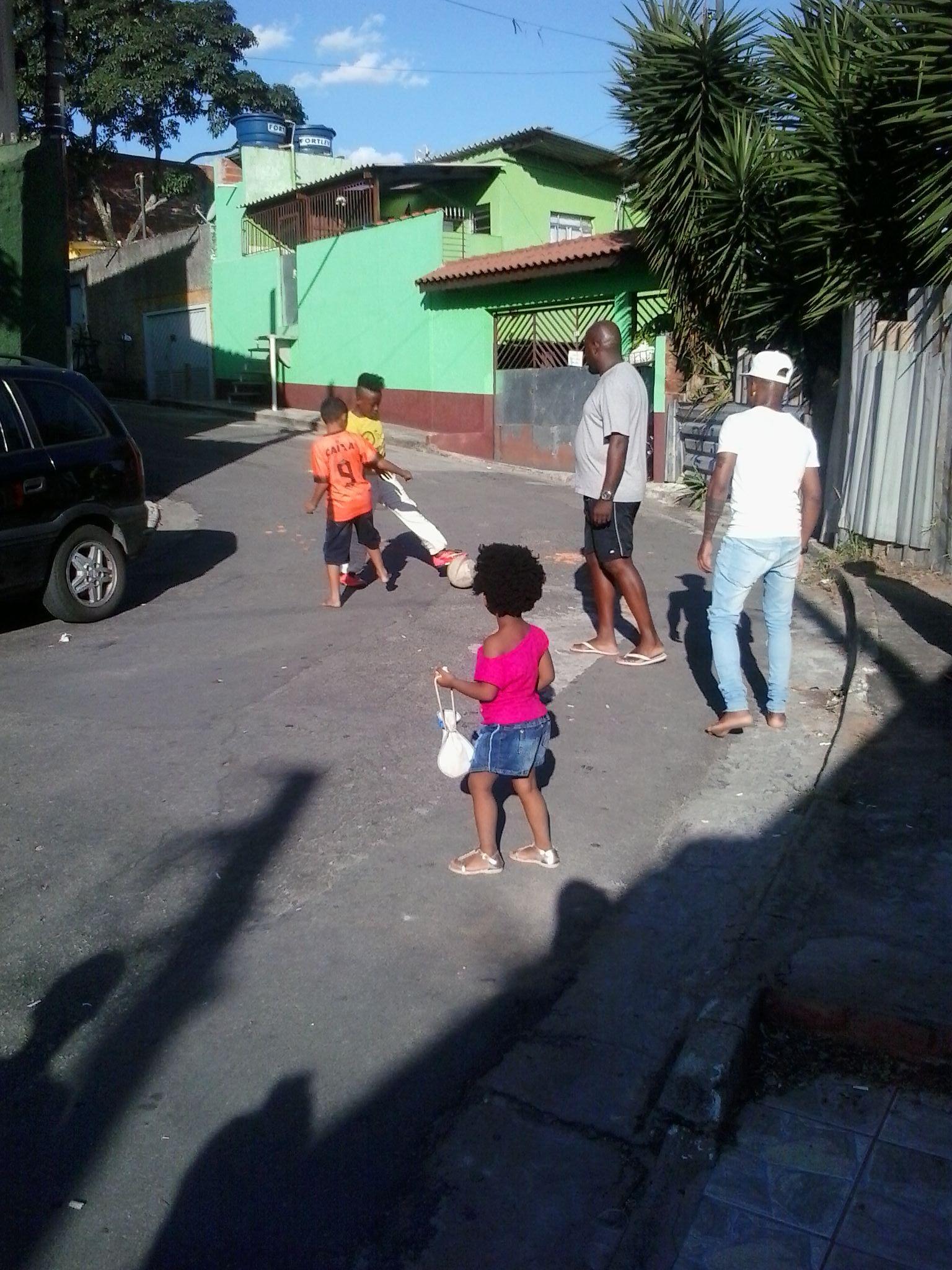 Futebol na rua...