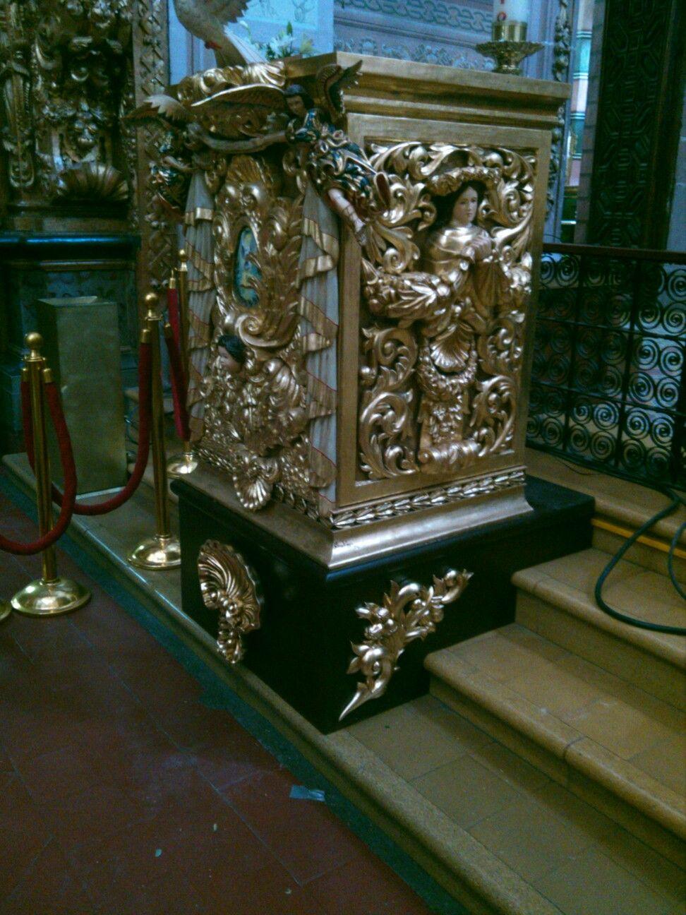 Ambon tallado en madera de cedro y terminado en hoja de oro por Oscar Vieyra