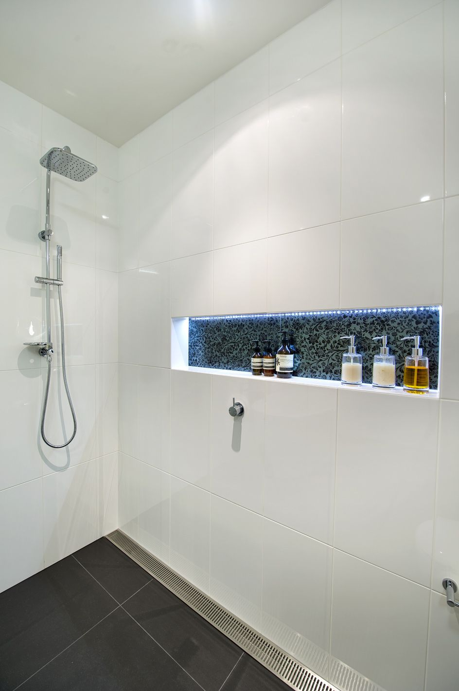 led strip in shower... LOVE THIS IDEA | Badezimmer | Badezimmer ...