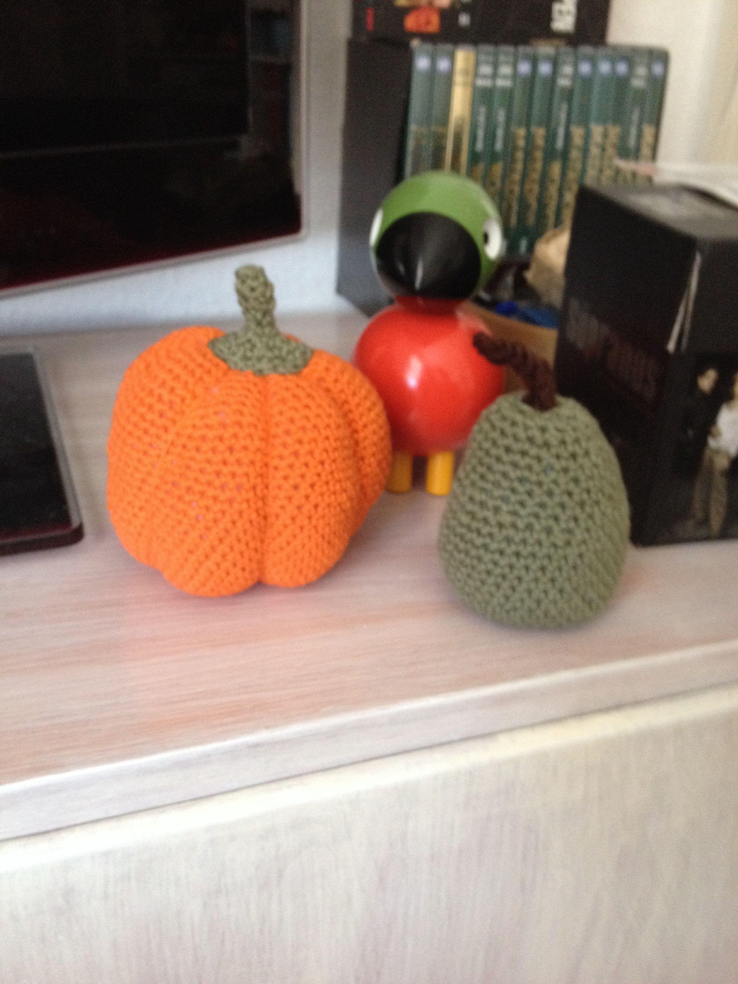 Hæklet græskar, æble og pære. Crochet apple and pear.