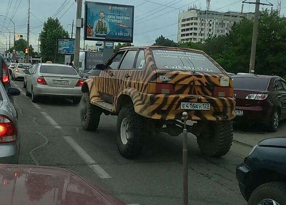 Coche tuneado con camuflaje de tigre