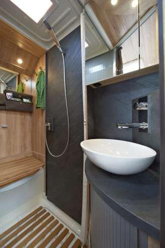 Photo of TRIVELIG TOALETT: Dusjvegg og andre detaljer rundt vasken er laget av skifer. FO…