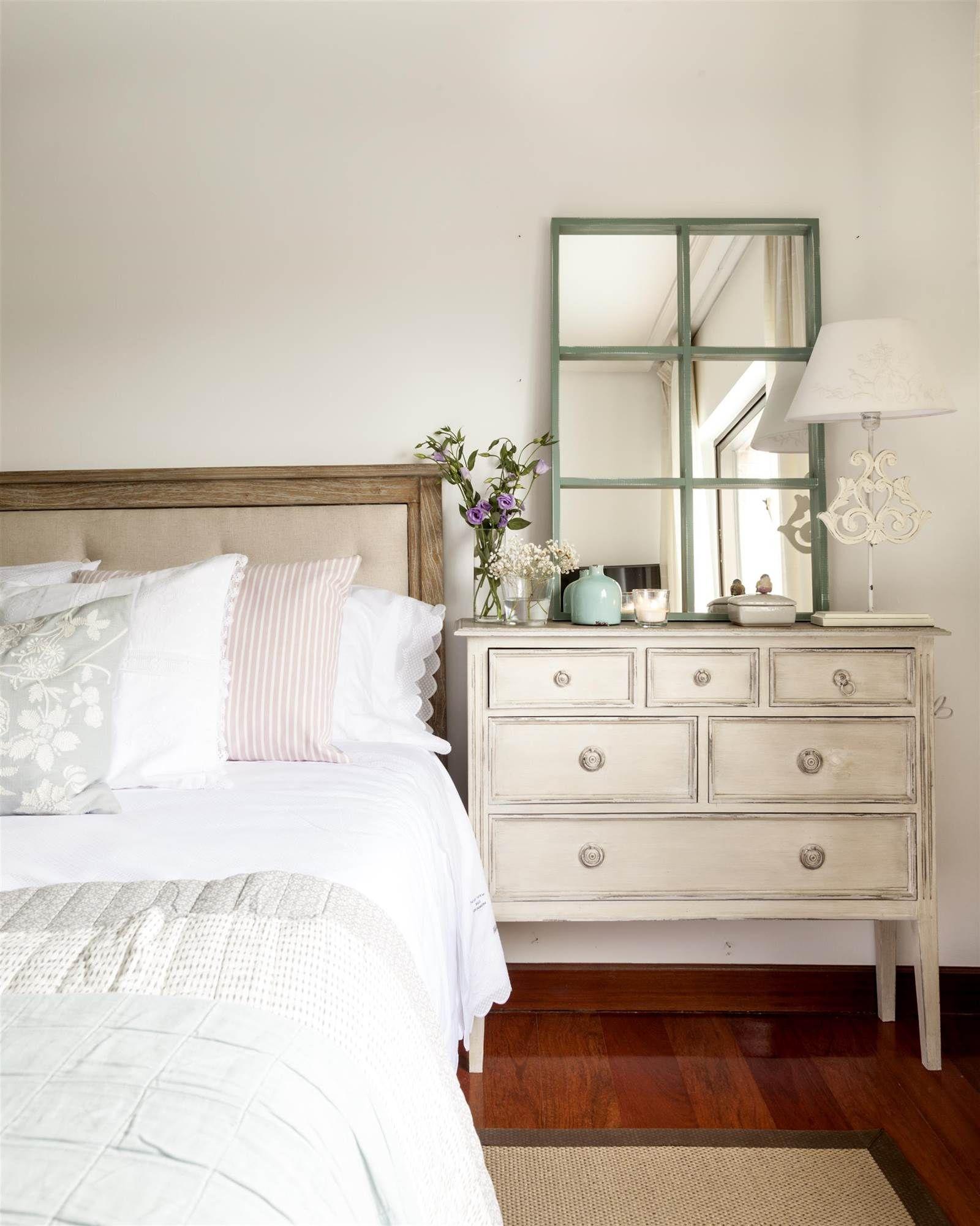 La pieza clave de este dormitorio principal es la c moda - Como colocar un espejo encima de un aparador ...