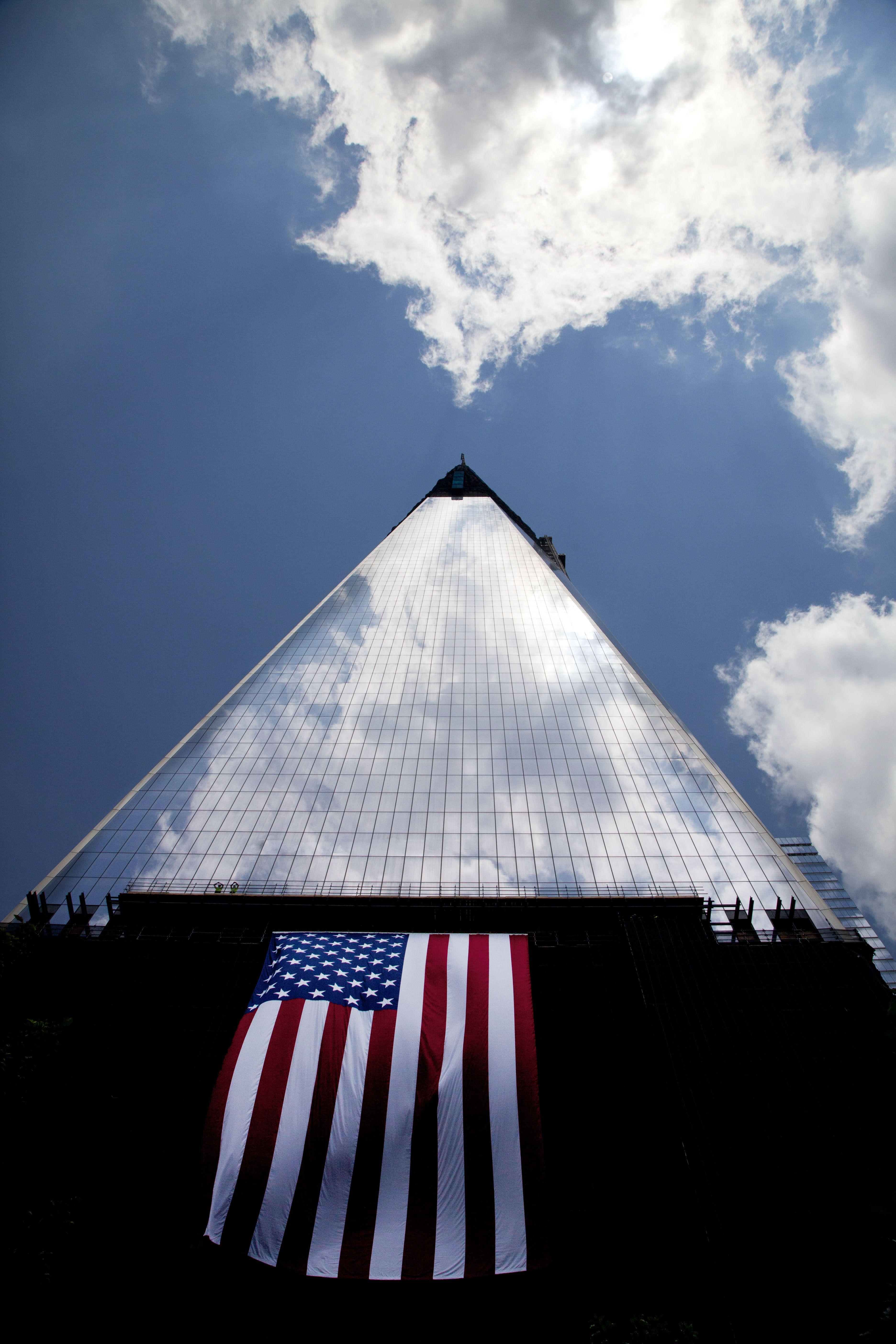 """Una bandera Americana cuelga en el lado del """"One World Trade Center"""", rascacielos que se construye en la llamada """"zona cero"""", Nueva York.   (AP/Mark Lennihan)"""