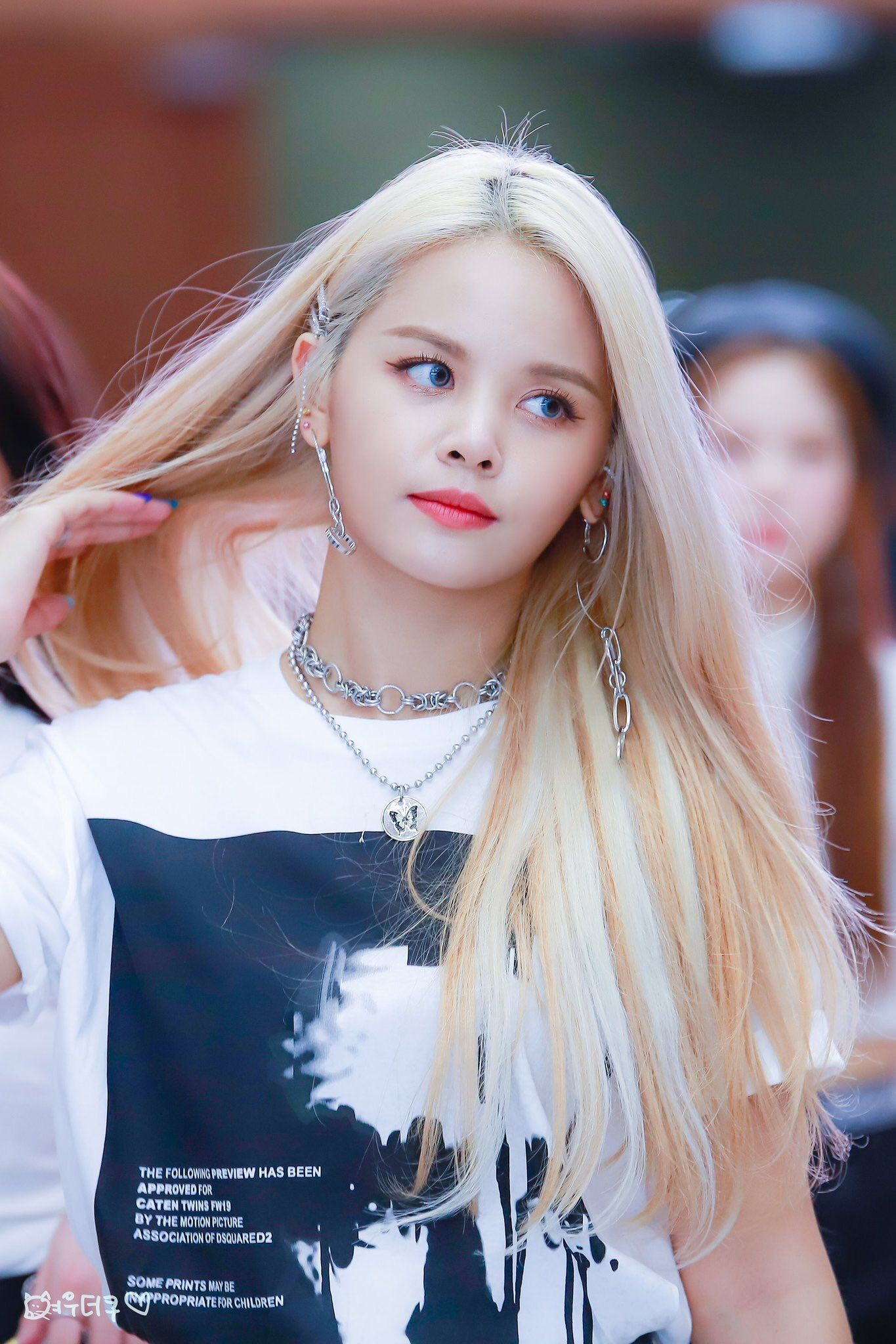 Pin By M I L A On Clc Sorn Clc Kpop Girls Cute Girl Poses