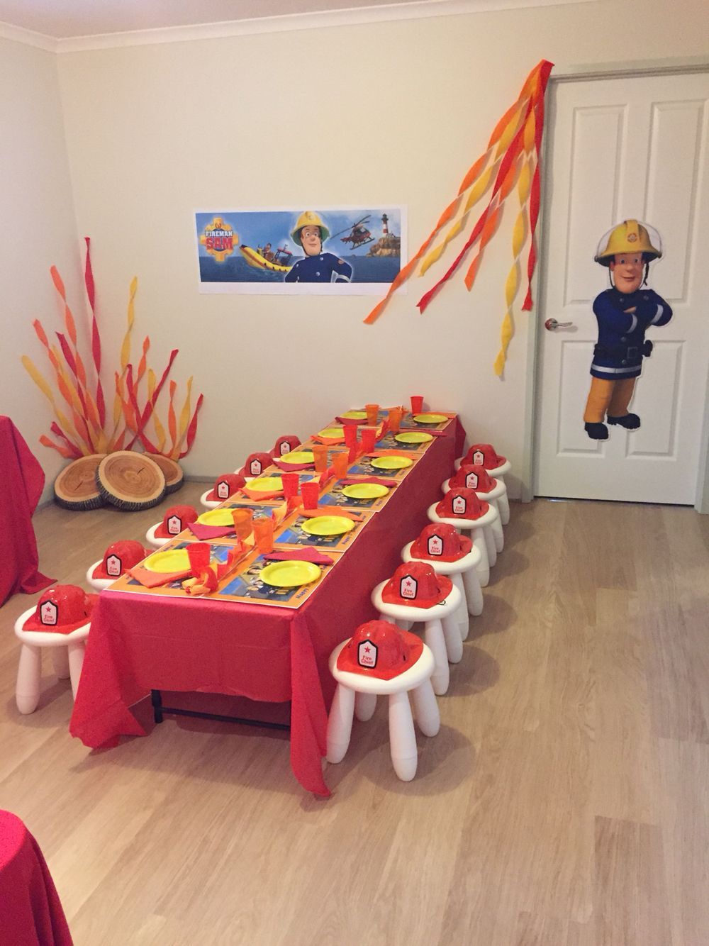 5b339cbdd3 Fireman Sam party theme table Mais Decoración De Bomberos