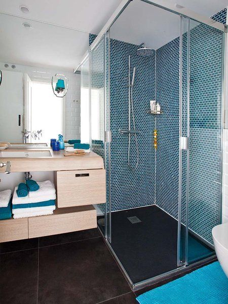 cuarto de bao de obra con ducha de gresite azul