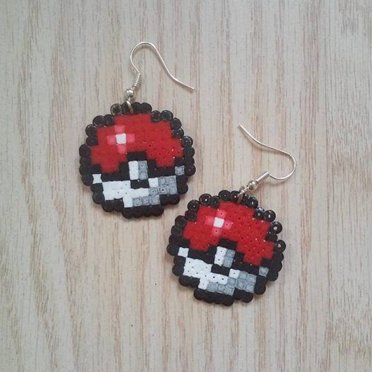 boucles d 39 oreilles pok ball en perles repasser perler beads hama mini pinteres. Black Bedroom Furniture Sets. Home Design Ideas