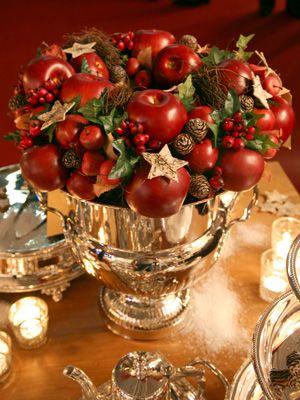 Weihnachtliche gestecke ein weihnachtsgesteck mit den for Gestecke basteln weihnachten