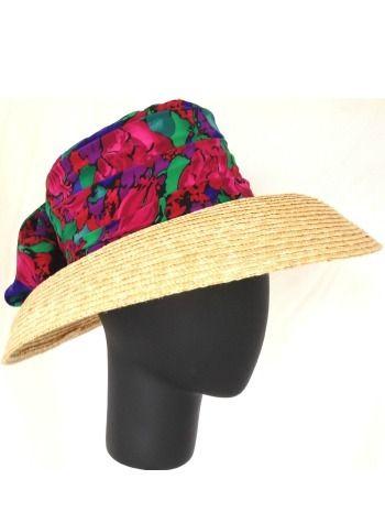 Sombrero de paja de ala ancha decorado con tela de flores en tonos azul, verde, rojo y fucsia. (alquiler 10€, préstamo 10 créditos)