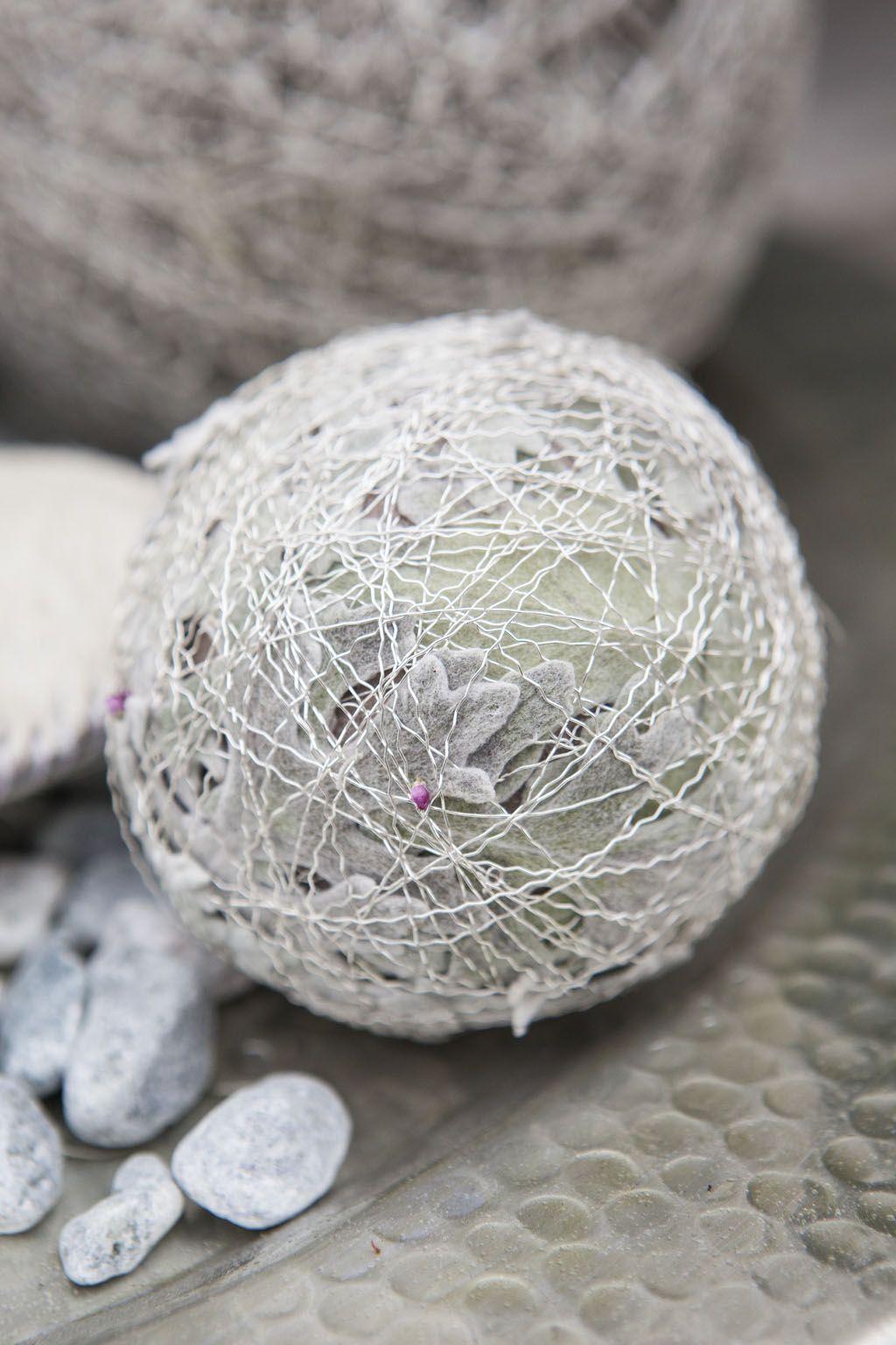 Lag lekre høstkuler med blader av sølvkrans og sølvtråd: http://www.mestergronn.no/blogg/lag-flotte-julekuler-av-mose/