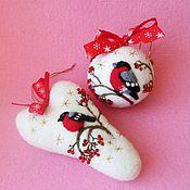 Купить или заказать Набор  новогодних шаров из шерсти 'Новый год в лесу' в интернет-магазине на Ярмарке Мастеров. Где-то снежно, где-то вьюжно, Где-то белый снег идёт. Каждой ёлке для потехи В лапу звёздочку кладёт. Белка щелкает орехи – Стужу дома переждёт. Где-то снежно, где-то вьюжно, Где-то белый снег идёт. Белый заяц – непоседа По уши в снегу бредёт: Добежать бы до соседа – Вместе встретить Новый Год! (Андрис Веян «Песенка» перевод с латышского Людмилы Копыловой) Вокруг новогодней…